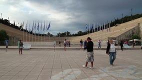 Folk nära Panathenaic stadion i Aten, Grekland arkivfilmer