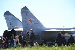 Folk nära svansen av den ryska kämpe-militärt jaktplan MiG-31BM RF-95448 Arkivfoto