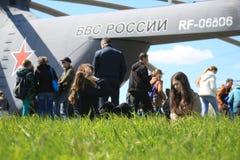 Folk nära svansen av den ryska tunga transporthelikoptern som kan användas till mycket Mi-26 RF-06806 Arkivfoton