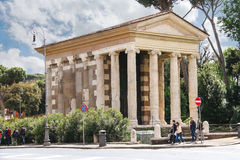 Folk nära templet Portun i Rome, Italien Arkivfoton