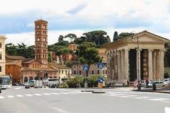 Folk nära templet Portun, Rome, Italien Royaltyfria Bilder