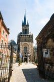 Folk nära västra torn av den Aachen domkyrkan Arkivbilder