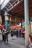 Folk och affärsmän på stadmarknad Royaltyfri Bild