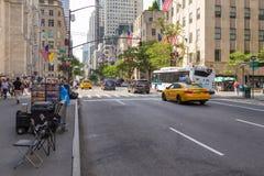 Folk och bilar på Fifth Avenue Royaltyfria Bilder