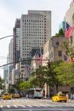 Folk och bilar på Fifth Avenue Royaltyfri Fotografi