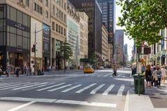 Folk och bilar på Fifth Avenue Arkivbild