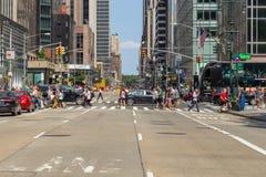 Folk och bilar på Fifth Avenue Royaltyfria Foton