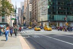Folk och bilar på Fifth Avenue Arkivbilder