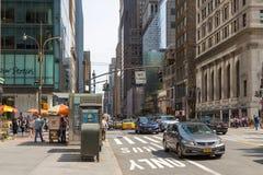 Folk och bilar på Fifth Avenue Fotografering för Bildbyråer