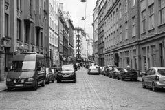 Folk och bilar på gatan i den gamla Riga staden Royaltyfria Foton