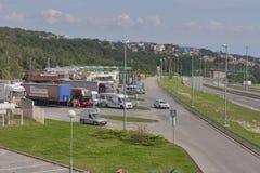 Folk och bilar på parkeringsplats framme av den McDonald's restaurangen och den Crodux bensinstationen i Rijeka, Kroatien Fotografering för Bildbyråer