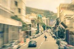 Folk och bilar som är rörande omkring på Longstreet i Cape Town Royaltyfri Foto