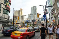 Folk och bilar Toronto i Kanada Arkivbild