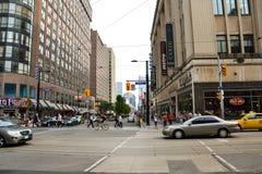 Folk och bilar Toronto i Kanada arkivfoton