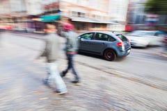 Folk- och biltrafik i staden Royaltyfria Foton