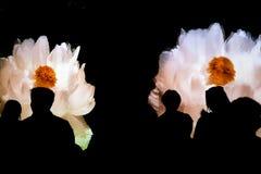 Folk och blomma Fotografering för Bildbyråer