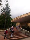 Folk och familjer med barn som går till planetariet av Bogota, Colombia royaltyfria foton