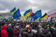 Folk och flaggor på mötet i Kiev Royaltyfria Foton