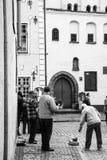 Folk- och gatamusiker på fyrkanten i den Riga staden Fotografering för Bildbyråer