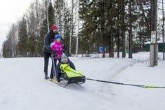 Folk och hundkapplöpning under berömmen av slutet av vinternamnet Arkivfoton