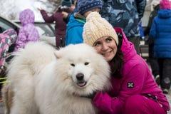 Folk och hundkapplöpning under berömmen av slutet av vinternamnet Royaltyfri Foto