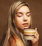 Folk- och matbegrepp: ung nätt lockig kvinna som dricker kaffe royaltyfria foton