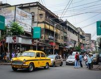 Folk och medel på gatan i Kolkata, Indien Royaltyfria Bilder