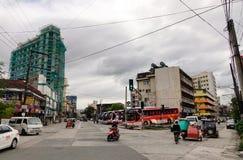 Folk och medel på gatan i Manila, Filippinerna Royaltyfri Fotografi