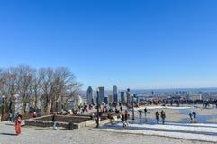 Folk och Montreal horisont från den Kondiaronk belvederen Royaltyfria Bilder