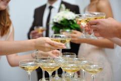 Folk och pyramid av Champagne royaltyfri foto