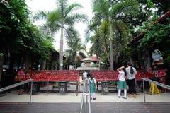 Folk och röda stearinljus på basilikadelen Santo Nino i den Cebu staden, Filippinerna Royaltyfria Bilder