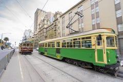 Folk och tappningspårvagnar på gatan i Melbourne Royaltyfri Foto
