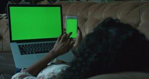 Folk och teknologi E stock video