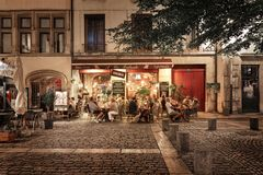 Folk och terrasser i den gamla staden av Lyon Royaltyfri Bild