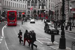 Folk och trafik på den Piccadilly gatan, London Arkivbilder