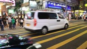 Folk och trafik på den upptagna gatan på natten stock video