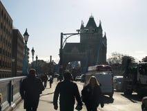 Folk och trafik på tornbron, London Royaltyfri Bild