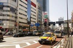 Folk och trafikväg på föreningspunkten av Shinjuku Arkivbild