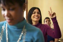Folk och utbildning, student som frågar fråga till läraren i univ Arkivbilder