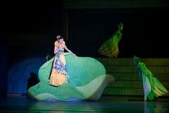 Folk opera: trumpetsnäckaflicka Royaltyfri Foto