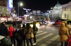 Folk på övergångsställe i Bucharest, Rumänien Royaltyfri Foto