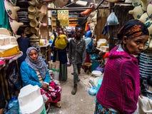 Folk på Addis Mercato i Addis Abeba, Etiopien, den största modern Arkivfoto