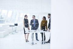 Folk på arbete och trådlös anslutning 5G i modern konferenskorridor Arkivbild