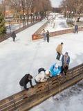 Folk på att åka skridskor isbanan i Central Park Royaltyfria Foton