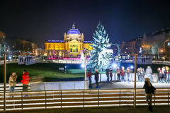 Folk på att åka skridskor isbanan i den Zagreb staden Arkivbilder