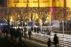 Folk på att åka skridskor isbanan i Zagreb Arkivbild