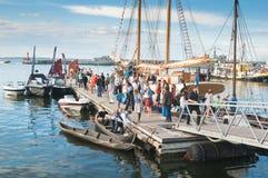 Folk på att fira på Tallinn'sens havsdagarna Royaltyfria Bilder