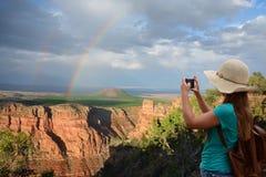 Folk på att fotvandra turen som tar bilder av det härliga landskapet Royaltyfri Fotografi