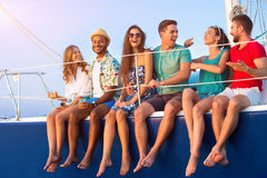 Folk på att skratta för yacht royaltyfri fotografi