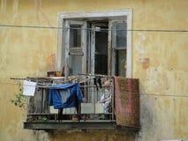 Folk på balkong av den fattiga grannskapen fotografering för bildbyråer
